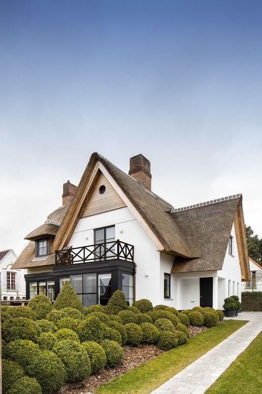 A-symmetrische villa met rieten kap