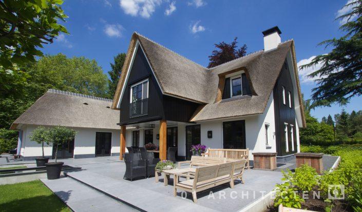 Villa met veranda en rieten kap 01 Architecten