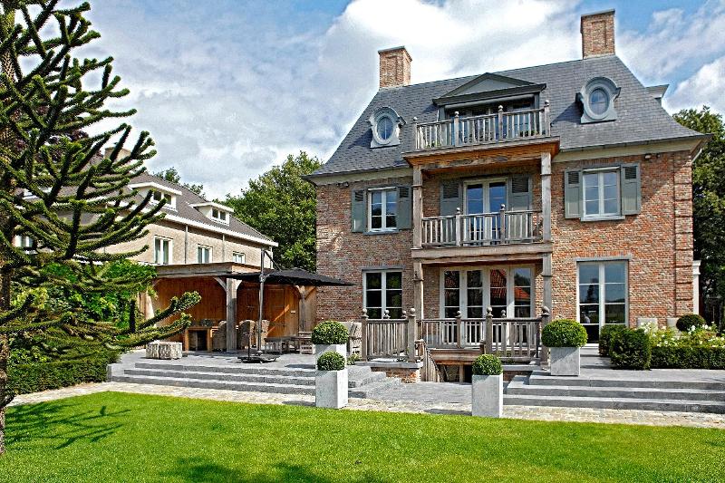 Classicistische villa met leien dak